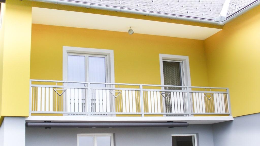 Krems 02 b | Aluminium Balkon grau-weiß, Latten senkrecht, Nirosta Dekor aus Stäben | Svoboda