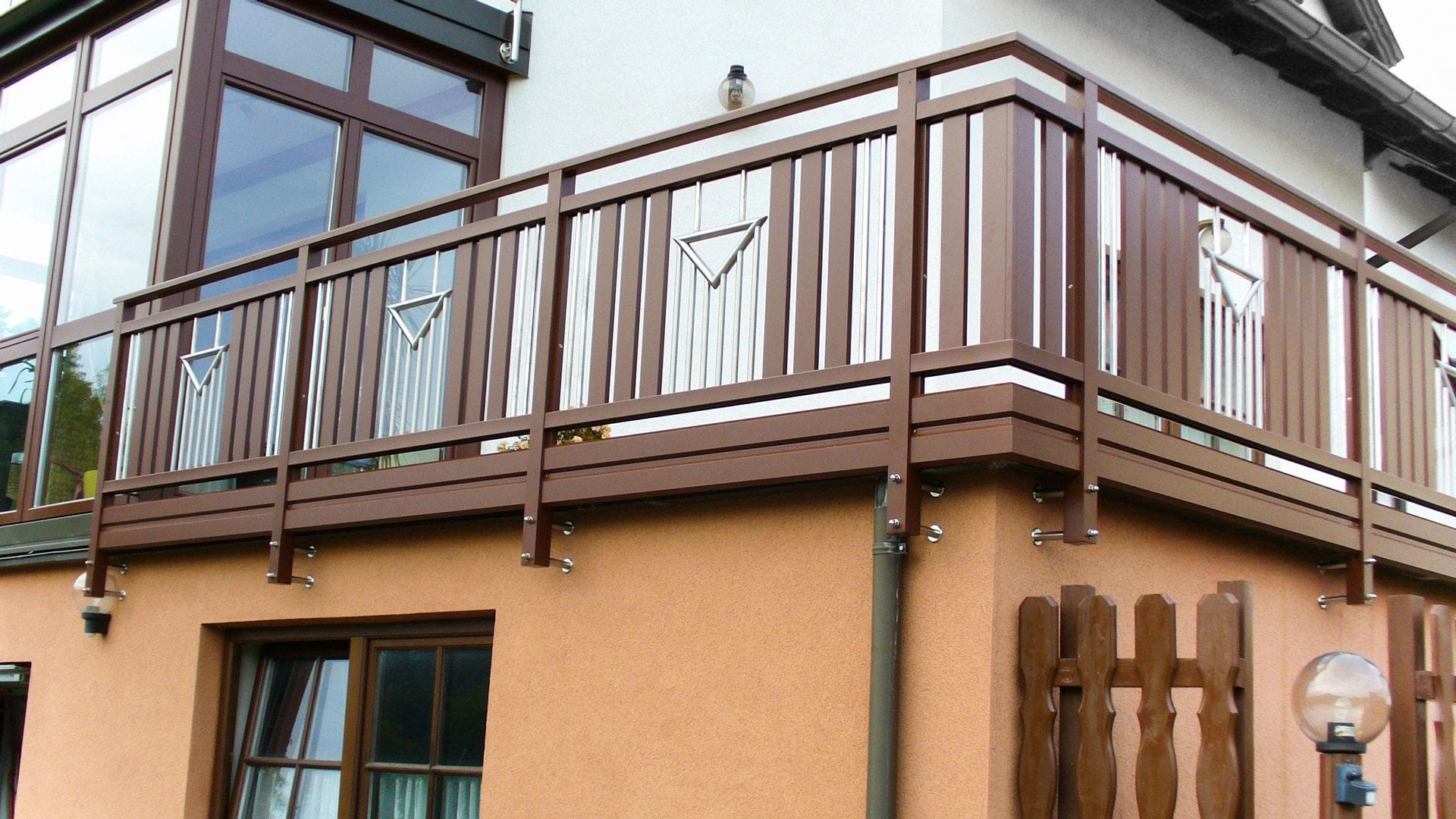 Krems 04 a | brauner Alu-Balkon auf Hausmauervorderseite befestigt mit Nirosta Stäben | Svoboda