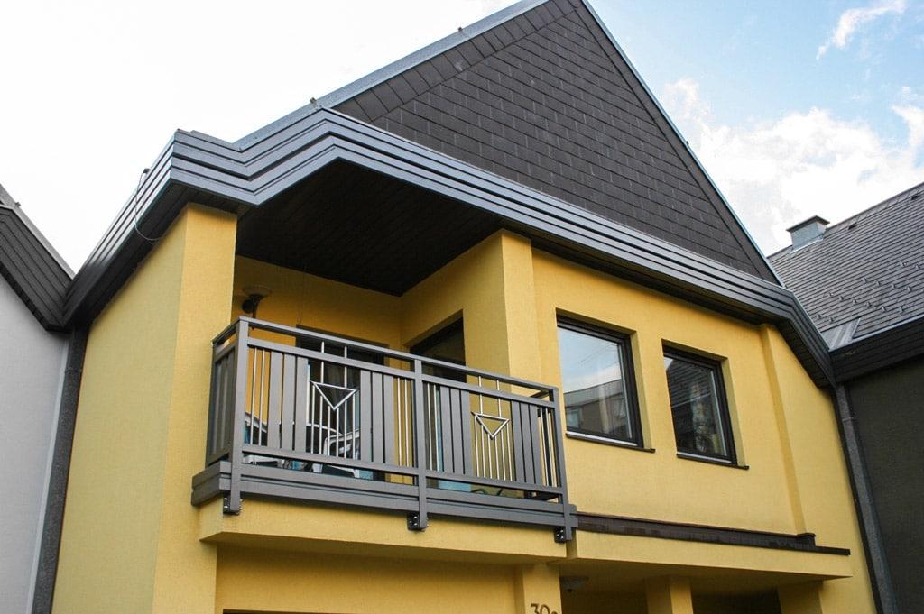 Krems 05 a | dunkelbrauner Alu Niro Balkon stirnseitig auf Hausmauer befestigt mit Blende | Svoboda