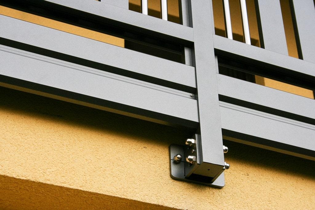 Krems 05 d | Detail stirnseitige Montage von braunem Aluminiumgeländer mit Alu Verblendung | Svoboda