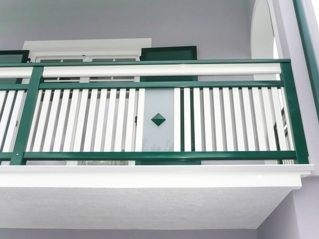 Krieglach 11 b | Alulattengeländer vertikal grün weiß, Glas eingefasst mit Knopf mittig | Svoboda