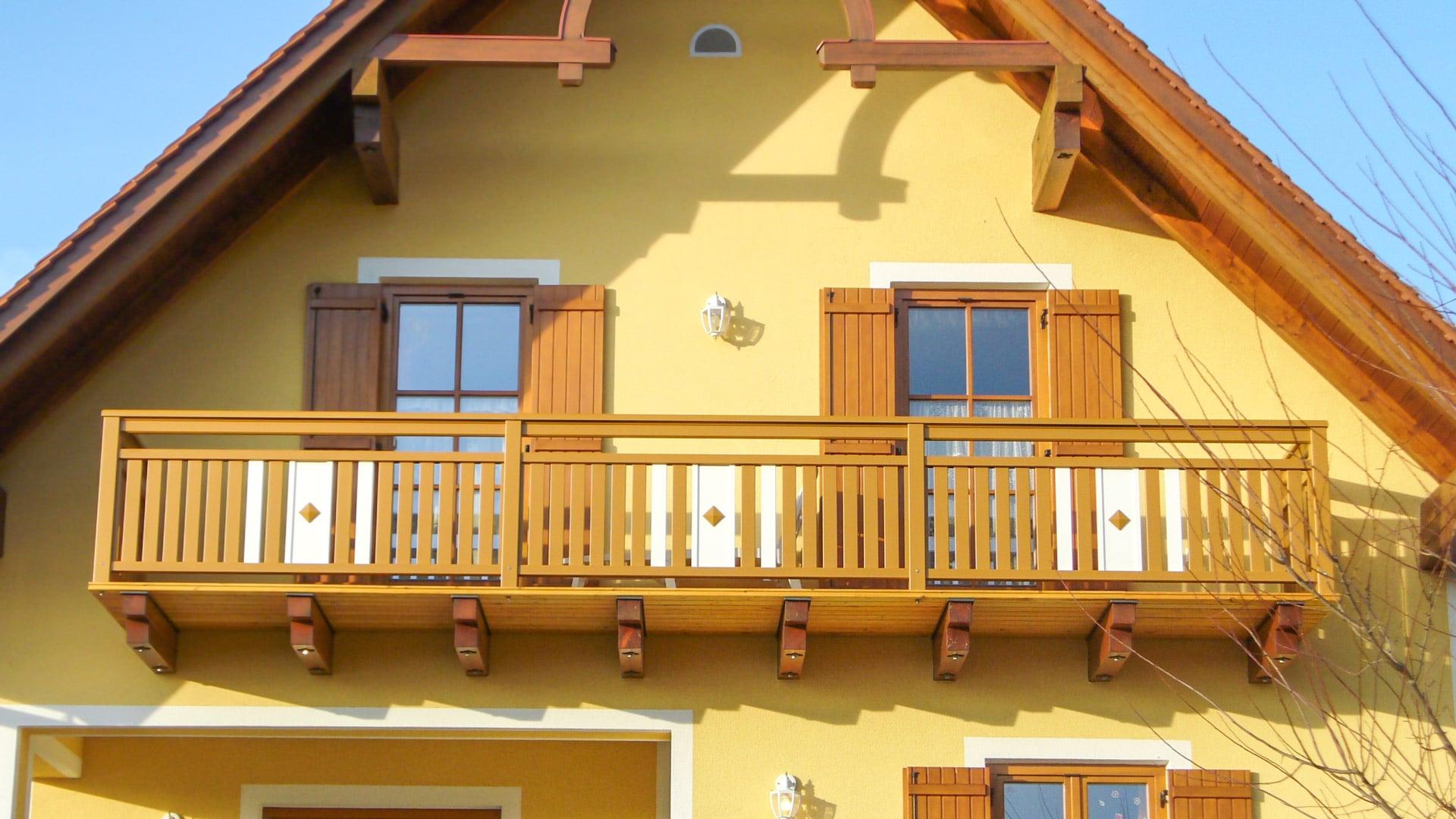 Krieglach 20 a   Aluminium-Balkon mit Latten weiß-braun vertikal, Blech mit Knopf mittig   Svoboda