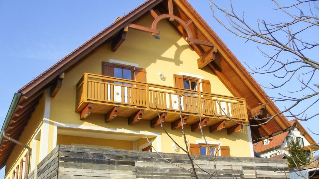 Krieglach 20 b   Absturzsicherung bei Balkon aus Alulatten bei gelbem Haus mit Spitzdach   Svoboda