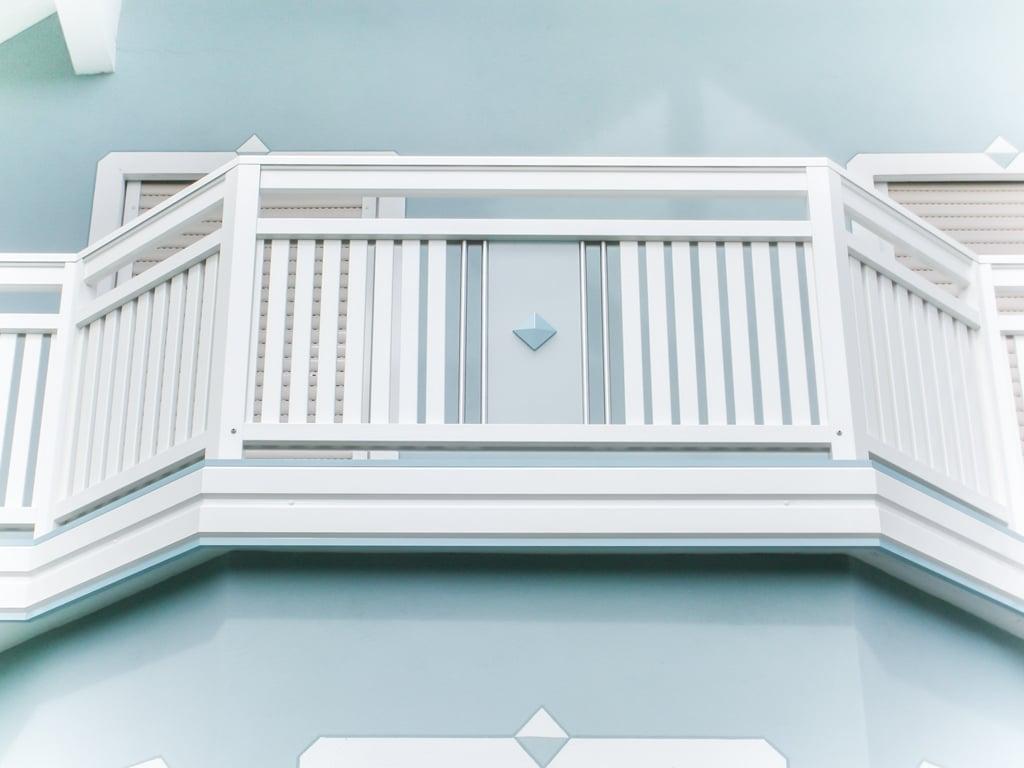 Krieglach 24 b | Vertikale Lattung & Glasdekor bei Alubalkon weiß, Verblendung stirnseitig | Svoboda