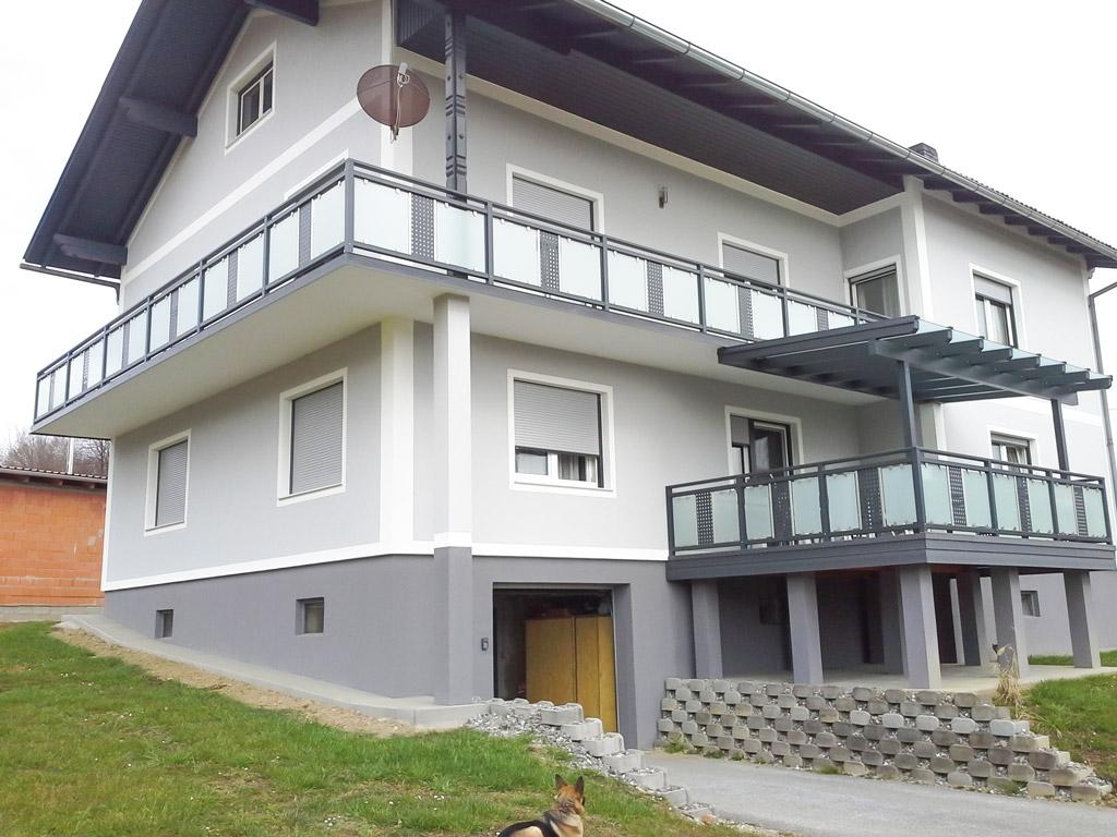 Krieglach 30 a | Aluminium Balkone mit blickdichtem Glas und grauem gelochtem Blech mittig | Svoboda