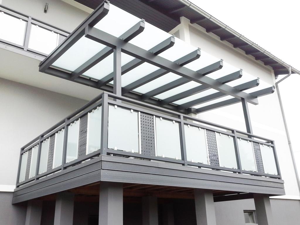 Krieglach 30 b | graues Alu-Glas Geländer mit Mattglas und Dekor Lochblech grau in Mitte | Svoboda