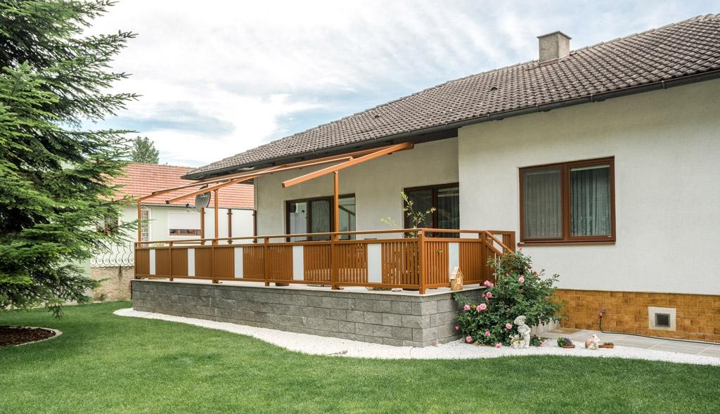 Krieglach 31 a | Alugeländer bei Terrasse mit senkrechter brauner Lattung und Glas mittig | Svoboda