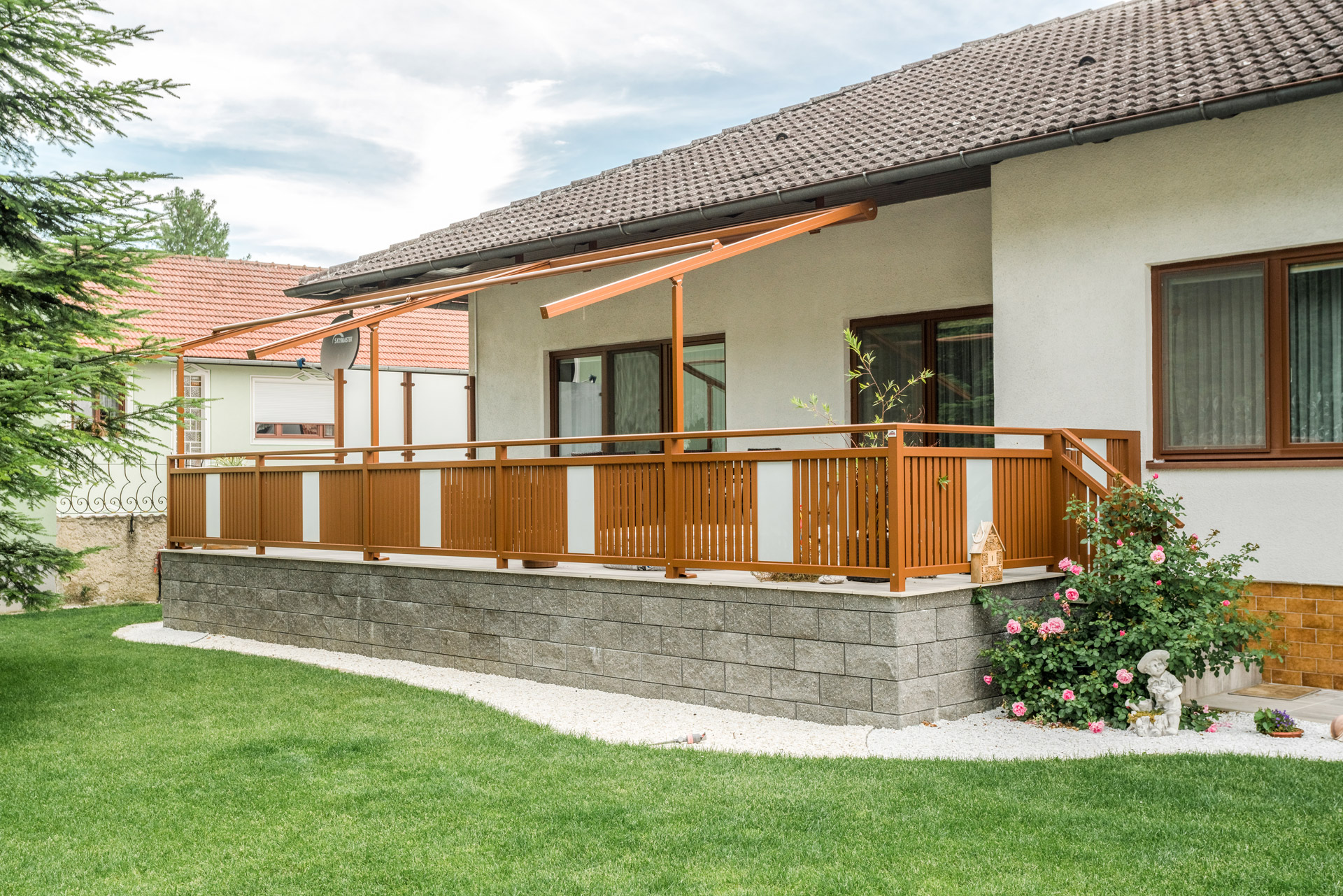 Krieglach 31 b | Aluminium-Terrassengeländer mit vertikaler brauner Lattung & Glas mittig | Svoboda