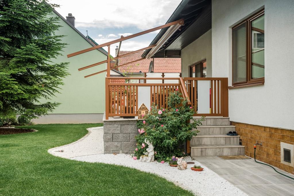 Krieglach 31 d | braunes Alu-Glas Terrassengeländer mit Gehtür bei Stiegenabgang | Svoboda Metall