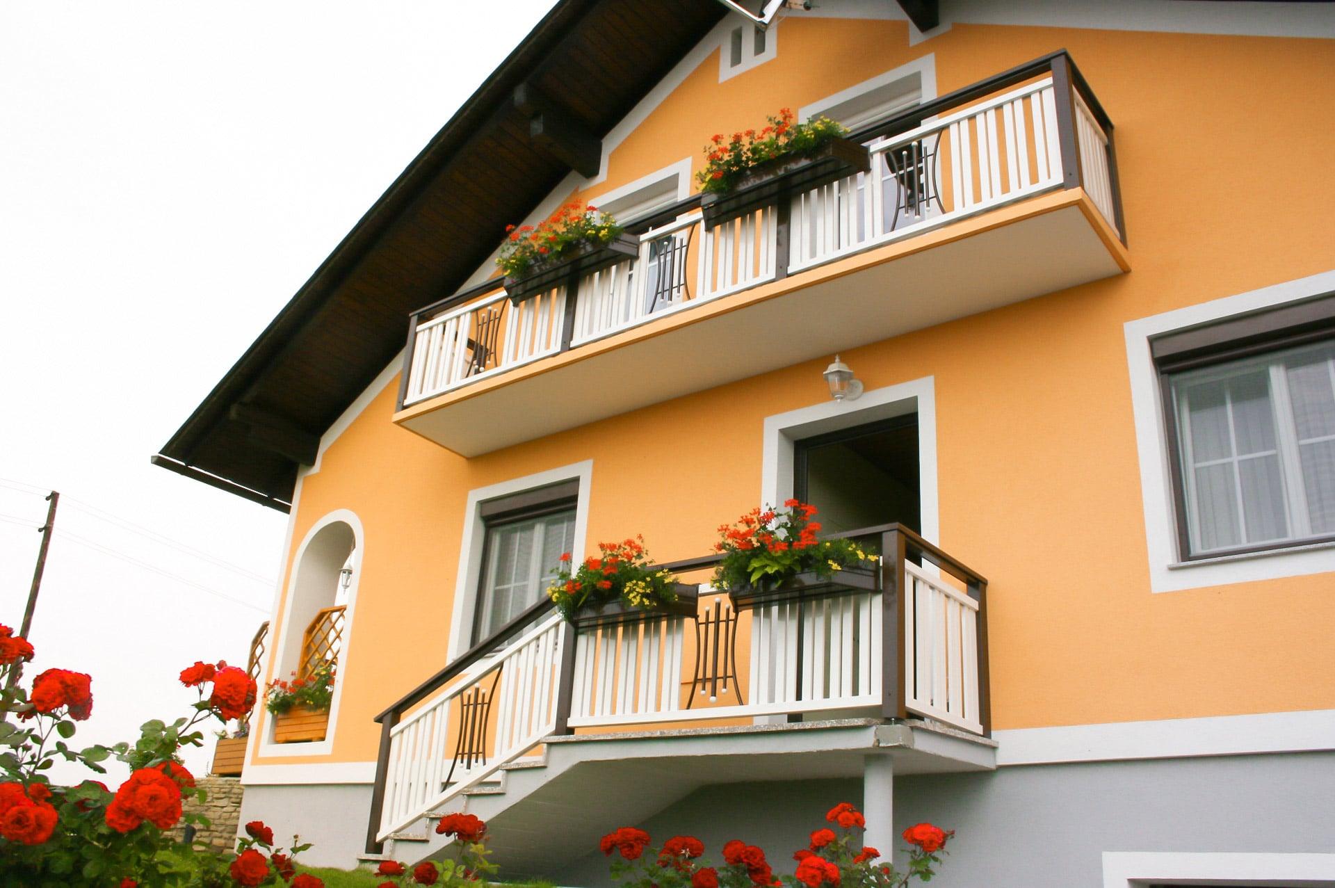 Kufstein 02 a | Alu Absturzssicherung bei Balkon und Eingangsstiege weiß braun beschichtet | Svoboda