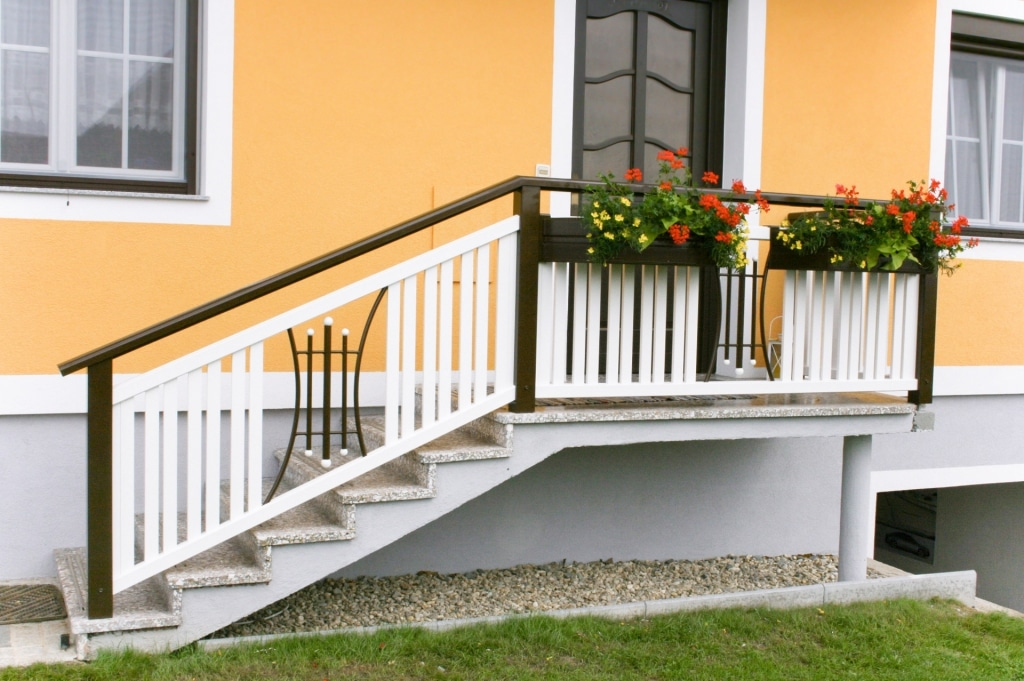 Kufstein 02 b | braun-weißes Außenstiegengeländer aus Aluminium mit 2 Alu-Blumenkästen | Svoboda
