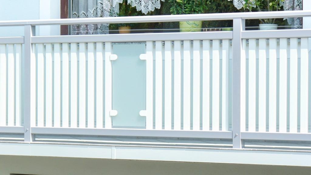 Leoben 01 a   Aluminium Balkongeländer grau weiß Aufsatzmontage, Vertikallattung und Glas   Svoboda