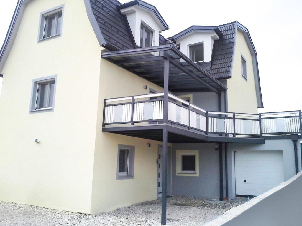 Leoben 10 a | Balkonzubau mit Alu-Glas-Geländer und Balkonüberdachung anthrazit-weiß | Svoboda