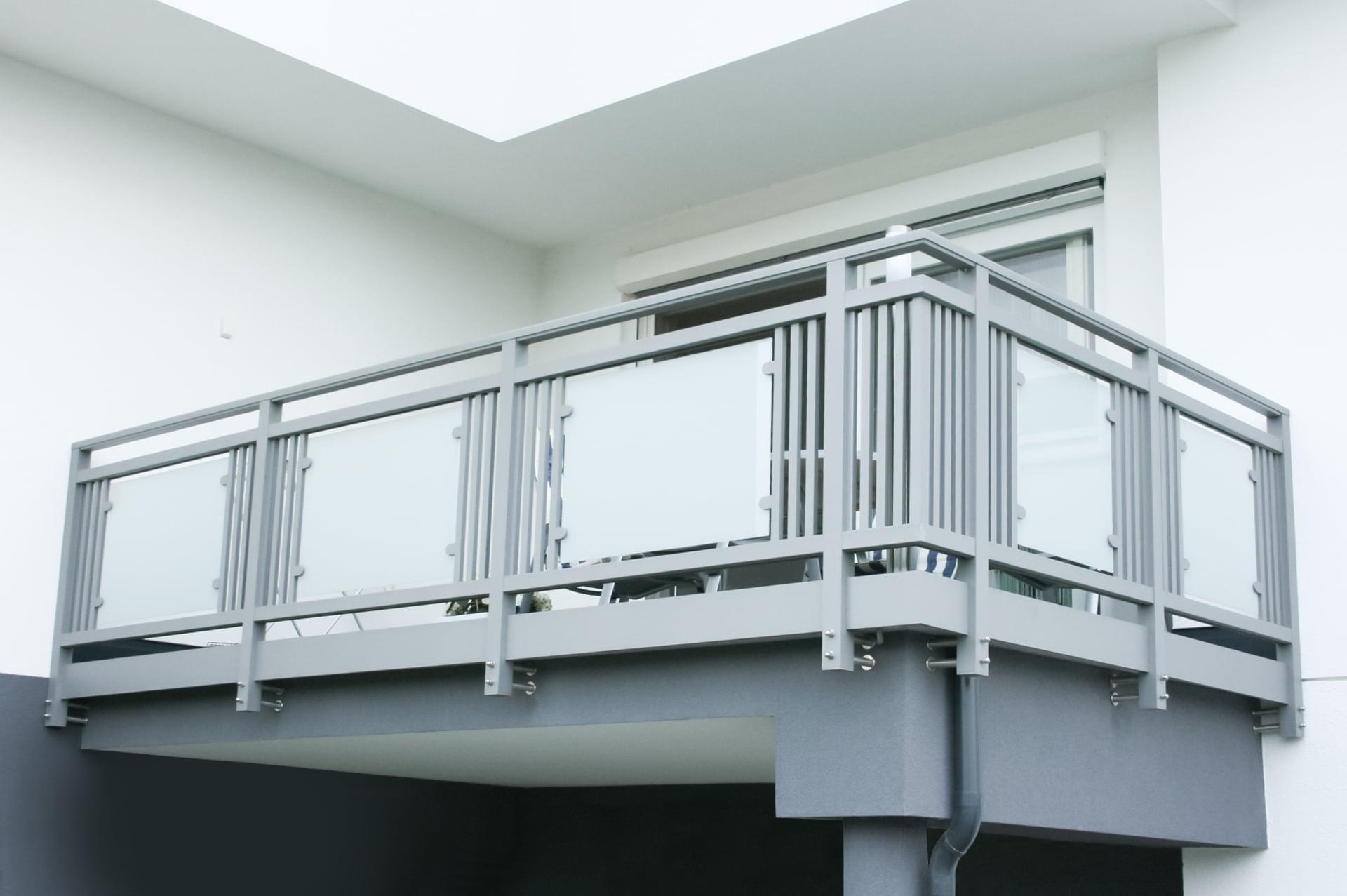 Leoben 11   Alu-Glas-Balkon stirnseitig auf Vorderseite befestigt, Alu-Verblendung glatt   Svoboda