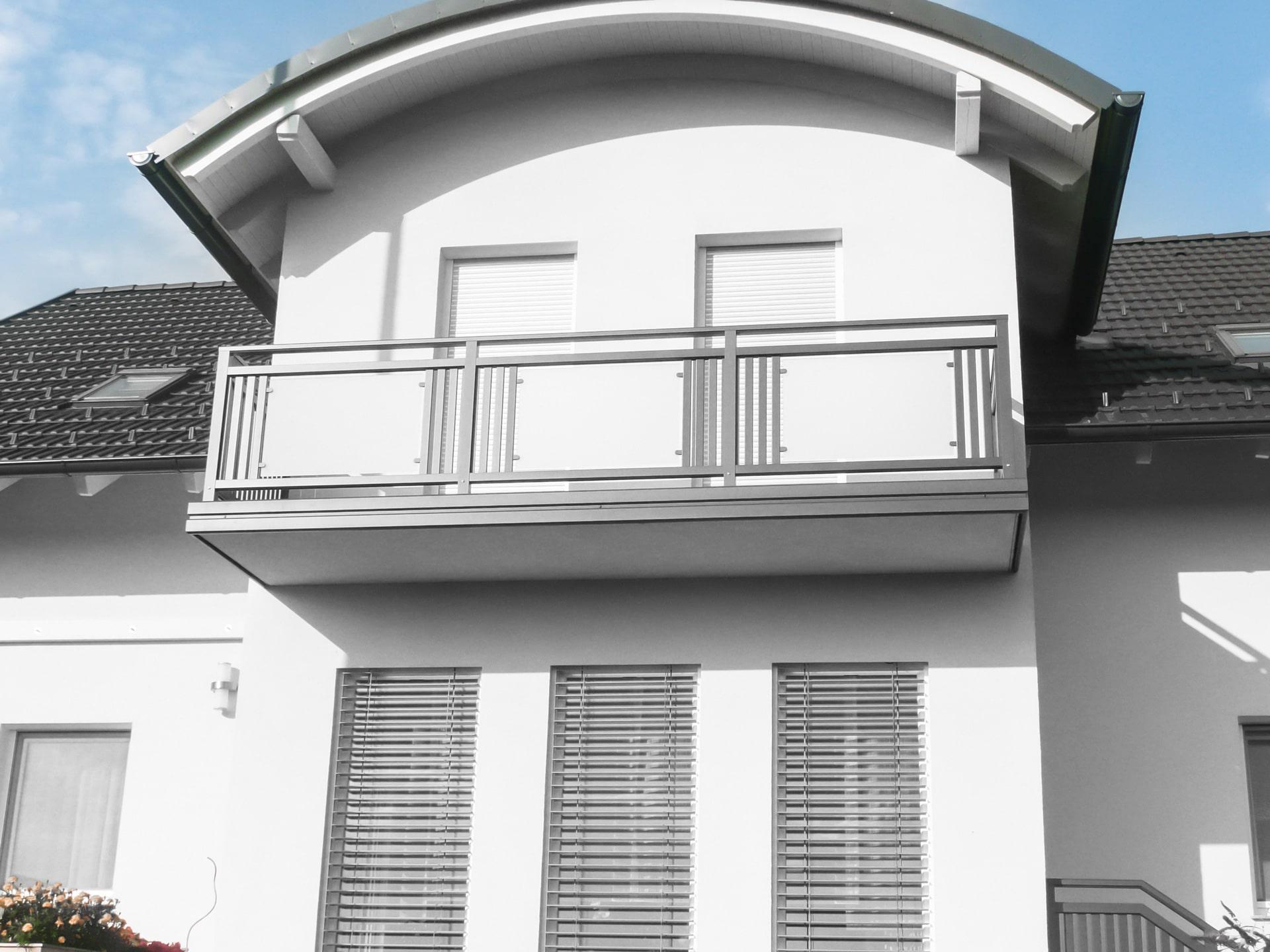 Leoben 12 a | grauer Balkon mit senkrechten Alu-Latten und Glas Scheibe, mit Verblendung | Svoboda