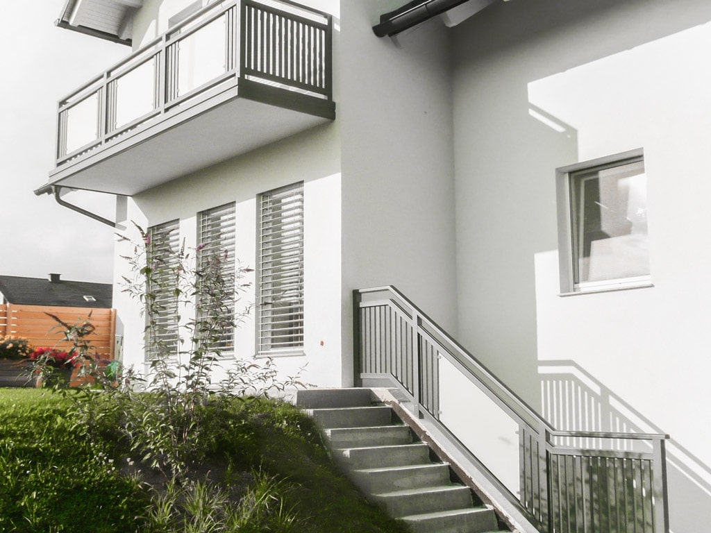 Leoben 12 b | Aluminium Glas Geländer bei Balkon & Stiege, Latten grau und Mattglas Dekor | Svoboda