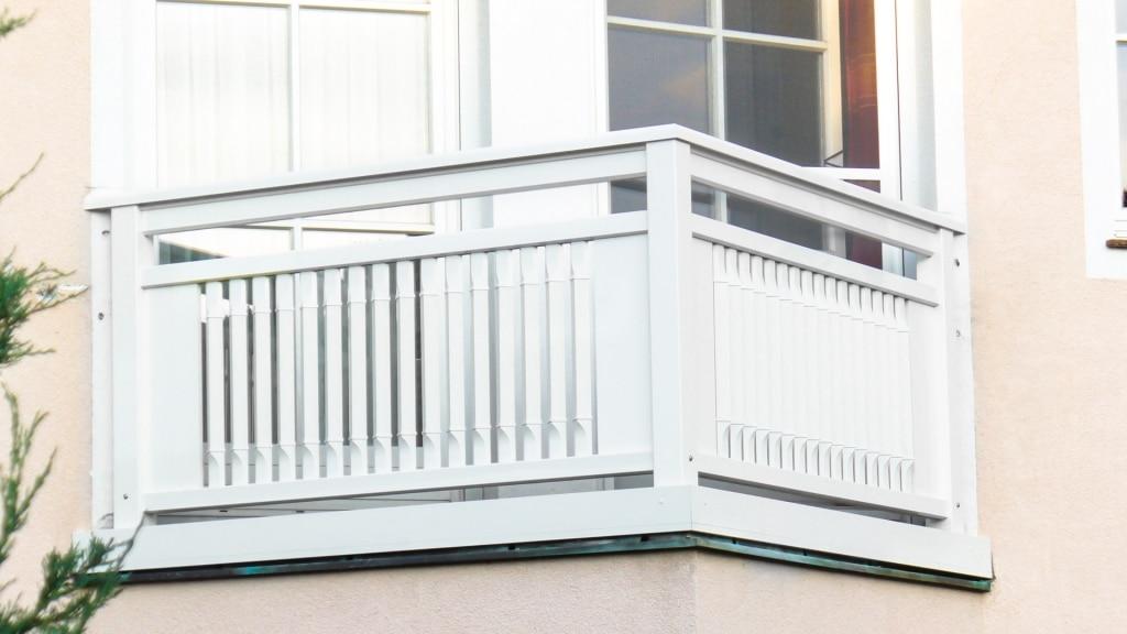 Linz 01 c | Alu-Balkon aus weiß beschichteten senkrechten quadratischen Latten gedreht | Svoboda