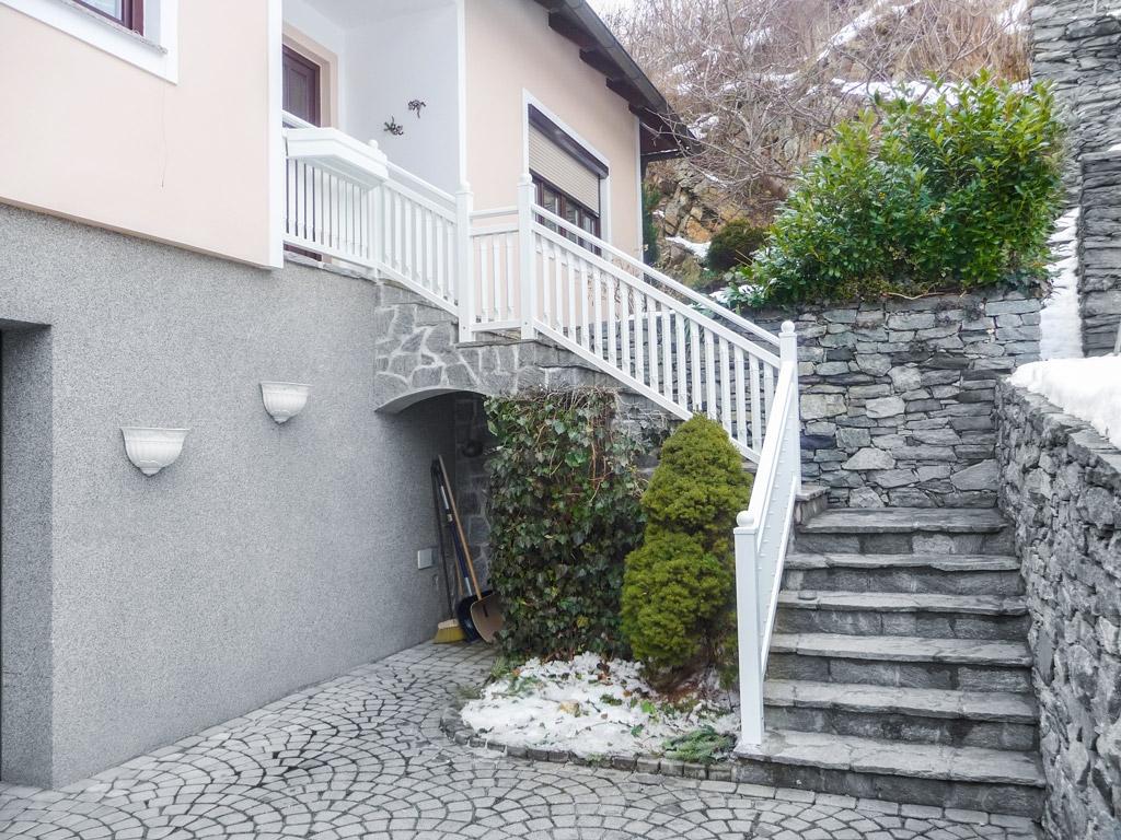 Linz 02 | weißes Aluminium-Stiegengeländer auf Stufen aufgesetzt montiert, Viereck-Latten | Svoboda