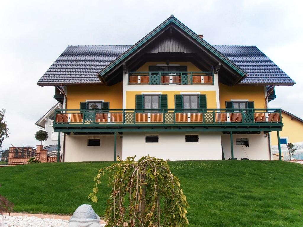 Linz 06 a | braun grün weißer Alu-Balkon mit Latten, Dekor mittig und Alugitter- Trennfeld | Svoboda