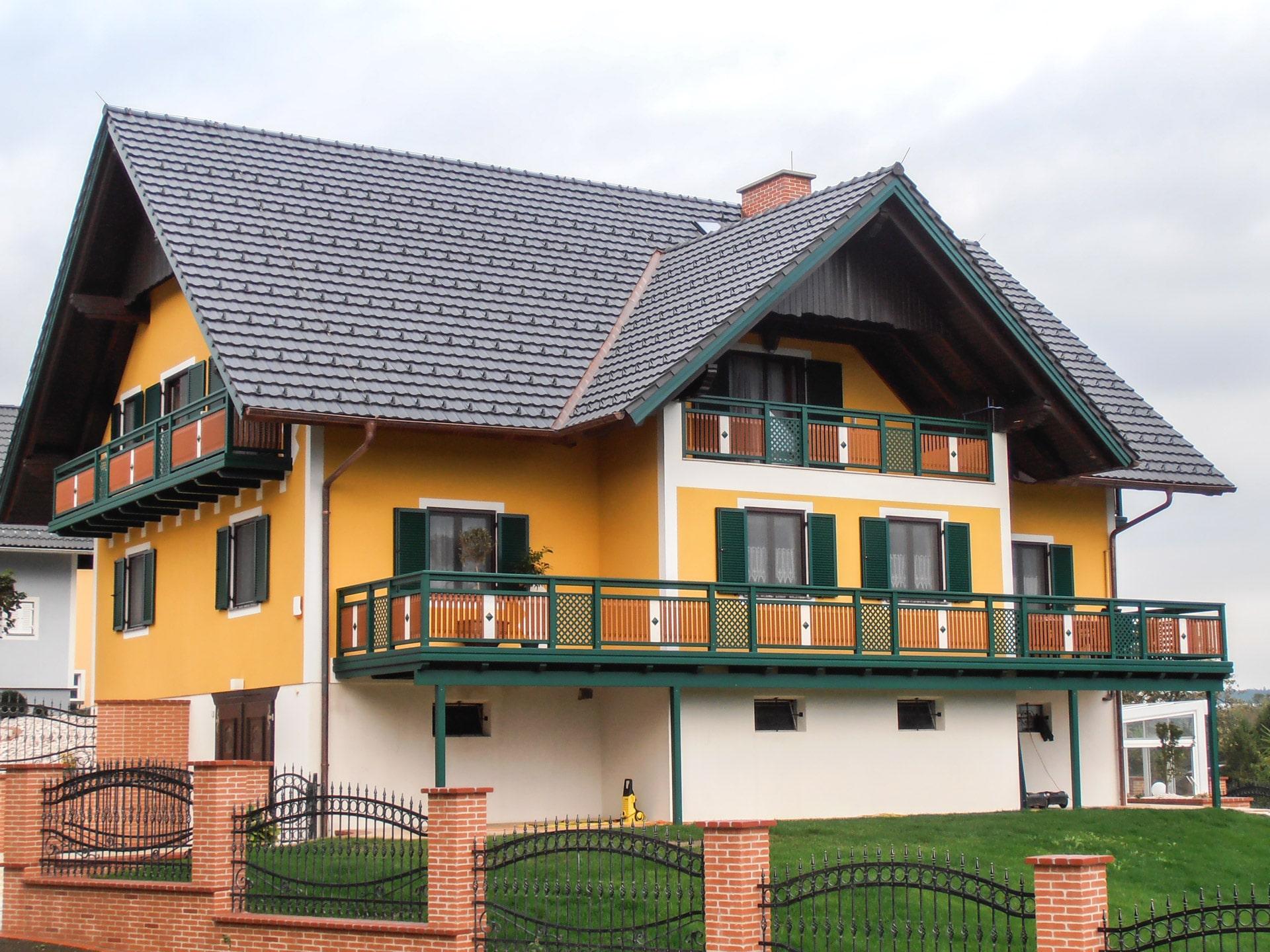 Linz 06 b | braun grün weißer Alu-Balkon mit Latten, Dekor mittig und Alugitter- Trennfeld | Svoboda
