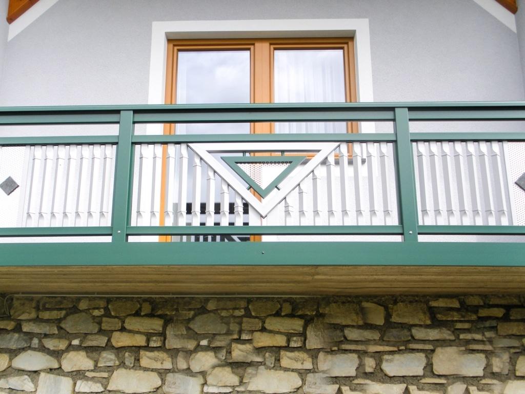 Linz 09 a | Außenbalkon grün aufgesetz, Blende glatt, Viereckigen Sprossen senkrecht weiß | Svoboda