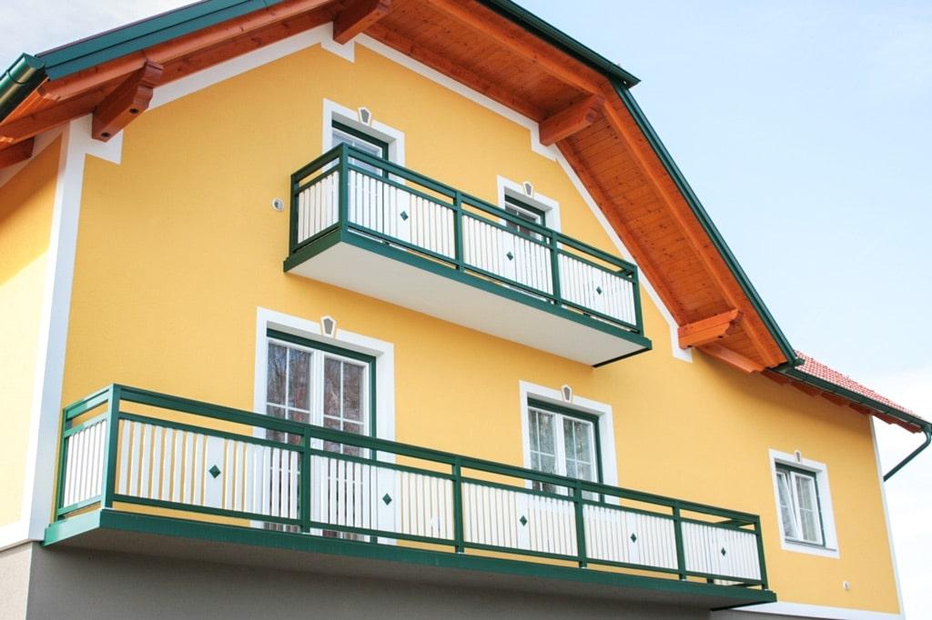 Lustenau 09 b | Lattenbalkon senkrecht mit glatter Verblendung und Knopf Dekor grün weiß | Svoboda