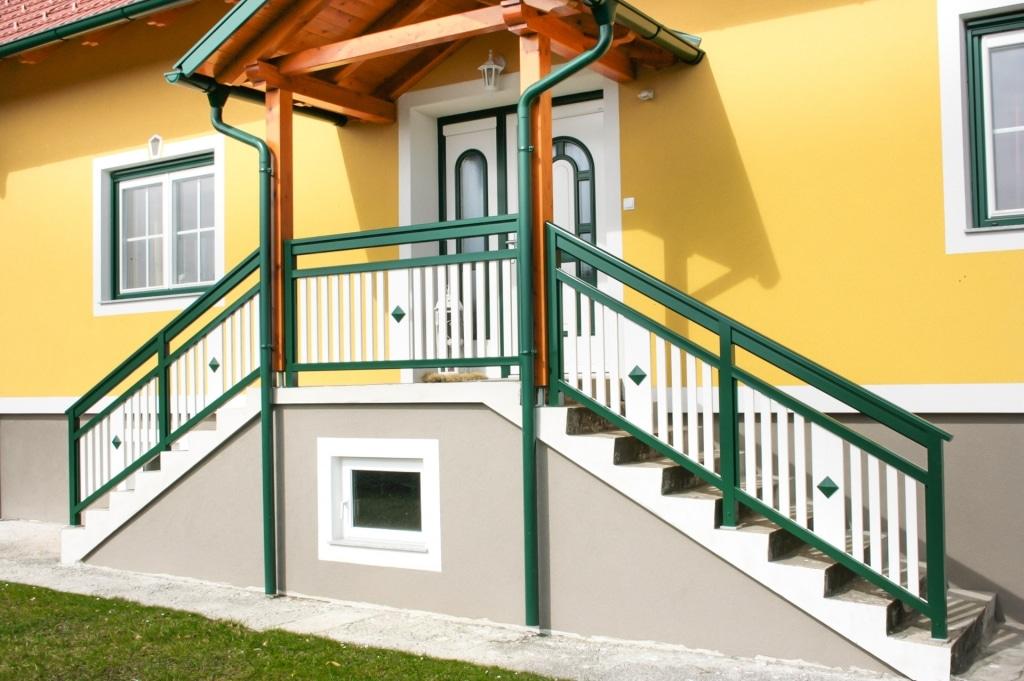 Lustenau 09 c | Stiegengeländer moosgrün weiß bei Eingang mit Latten, Knopf Dekor mittig | Svoboda