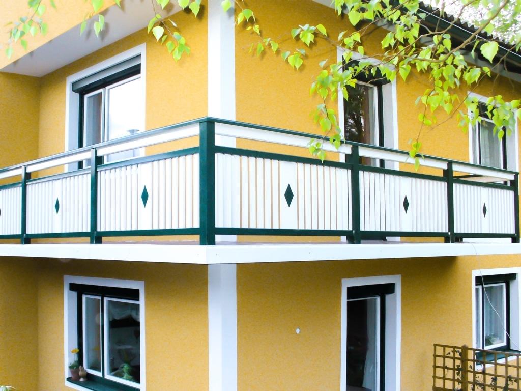 Lustenau 14 | Aluminium Latten Balkon grün weiß auf Boden montiert mit Dekor-Raute mittig | Svoboda