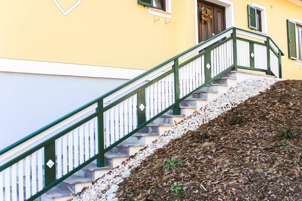 Lustenau 16   Stiegengeländer bei Außenstiege mit Latten auf Stufen aufgesetzt montiert   Svoboda