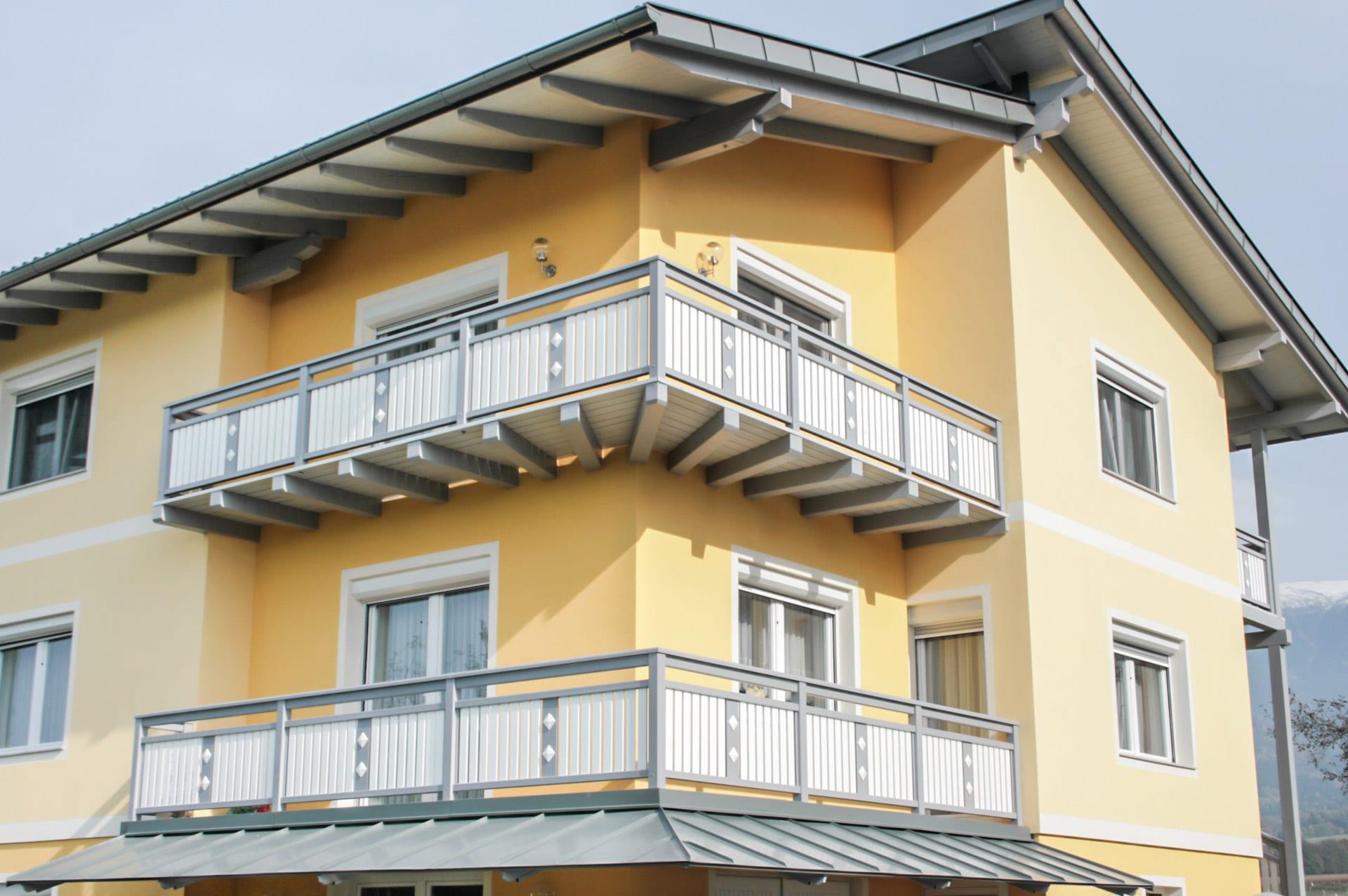 Lustenau 23   Alu Außengeländer mit Latten vertikal weiß & grauer Dekorlatte mit 2 Knöpfen   Svoboda