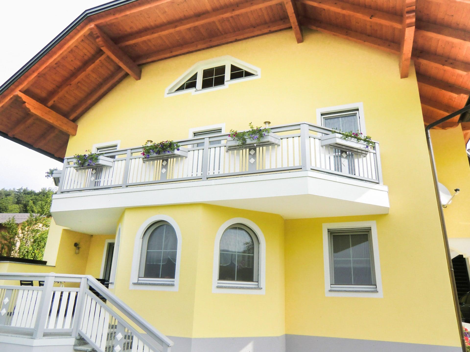 Lustenau 25 | Alu Balkon mit senkrechten Alulatten & Niro Stäben, Balkonkästen mit Blumen | Svoboda