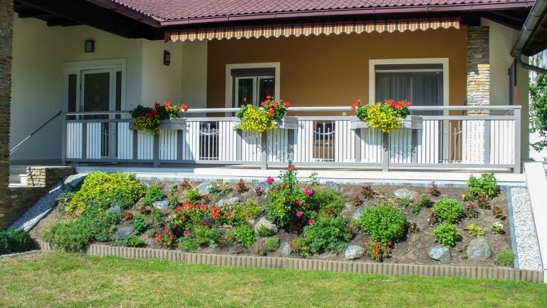 Melk 01   weiß-graues Außengeländer aus Alu und Edelstahl mit Balkonkästen für Blumen   Svoboda