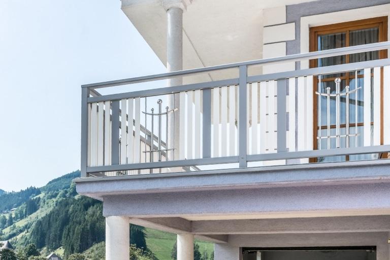 Melk 03 b   grau-weißer Alu-Balkon mit Senkrechtlattung und Edelstahl-Dekor in Feldmitte   Svoboda