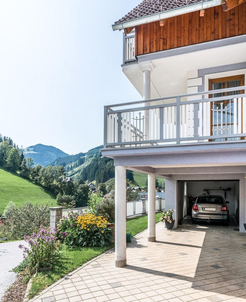 Melk 03 b   grau-weißes Balkon Außengeländer, Aluminium-Latten senkrecht & Edelstahldekor   Svoboda