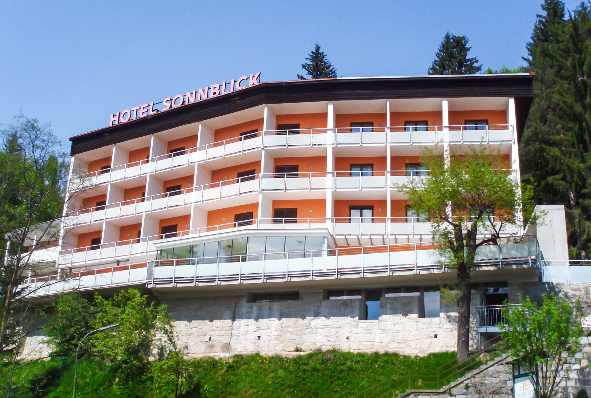 Mödling 01 a | graues Alu-Mattglas Balkongeländer bei Hotelbalkonen Hotel Sonnblick | Svoboda