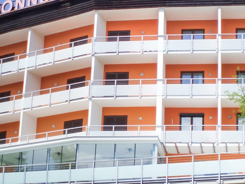 Mödling 01 b | stirnseitig befestigte Alu-Glas-Balkone bei Hotelanlage Hotel Sonnblick | Svoboda