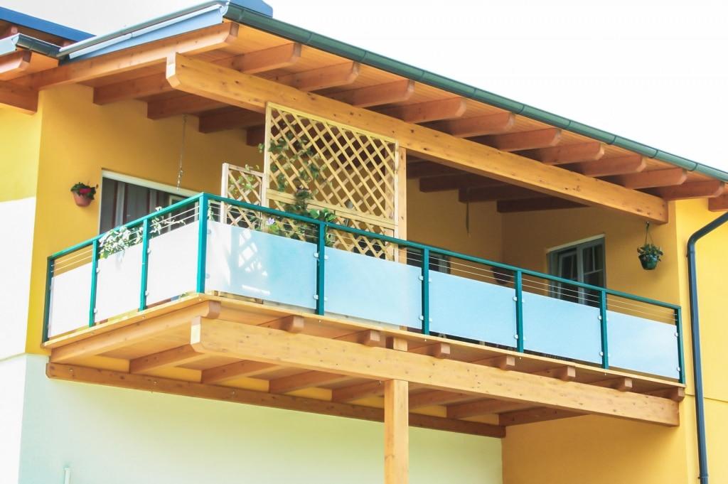 Mödling 08 a | grüner Alu-Balkon mit blickdichtem Glas matt & 2 Edelstahl-Seile waagrecht | Svoboda