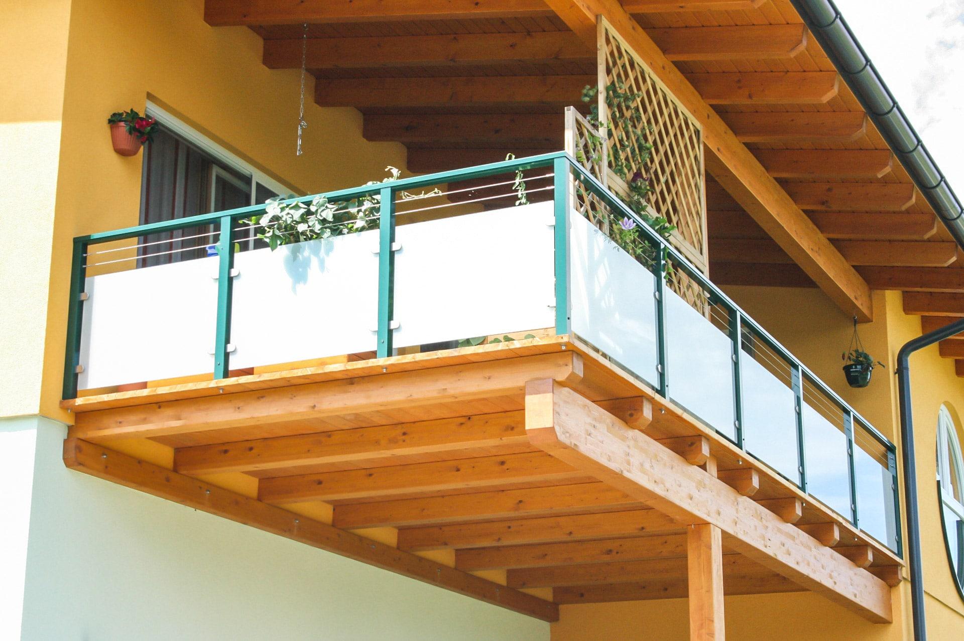 Mödling 08 b | Grünes Alu Außengeländer mit Glas gefüllt und zwei Niro-Seilen als Dekor | Svoboda