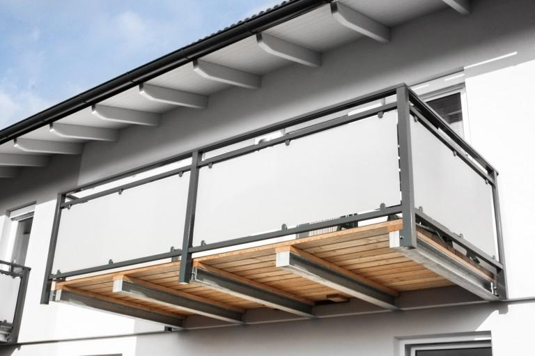 Mödling 09 a   Alu-Glas Geländer bei Balkonzubau stirnseitig auf Stahlträger befestigt   Svoboda