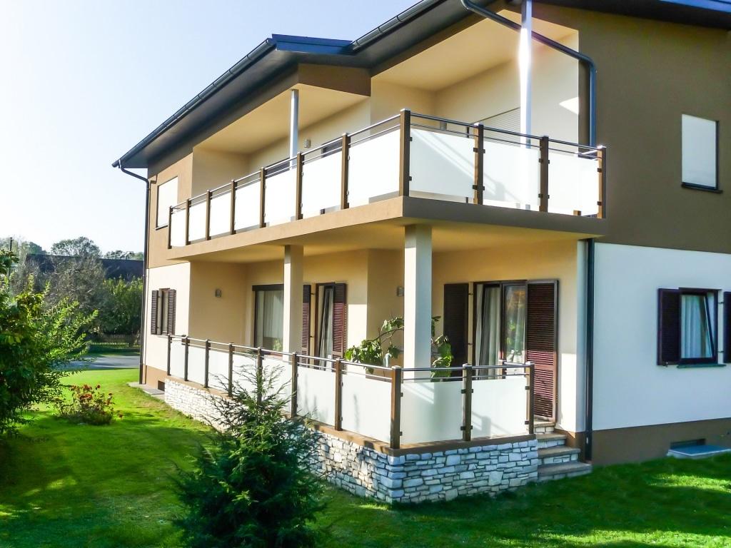Mödling 10 a | moderner Balkon aus braun beschichtetem Alu, Nirosta-Handlauf und Matt Glas | Svoboda