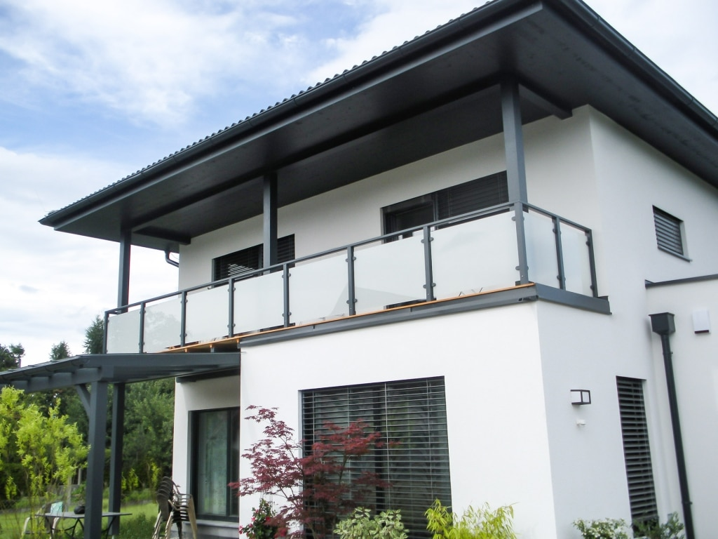 Mödling 13 | grauer blickdichter Aluminium-Glas-Balkon bei modernem Haus, Aufsatzmontage | Svoboda
