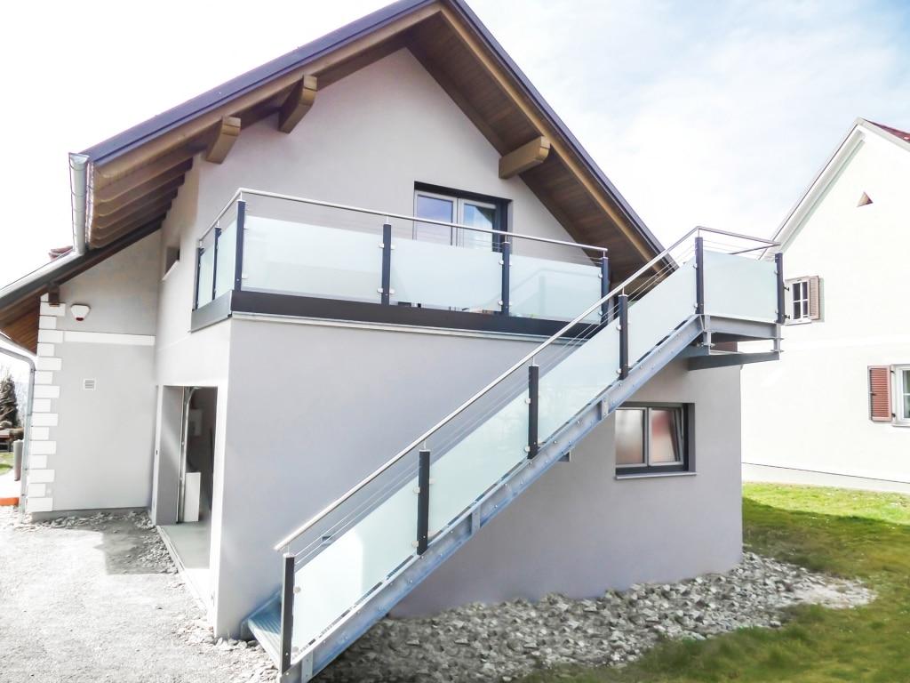 Mödling 17 a   modernes Alu-Edelstahl-Glas-Geländer bei Terrasse und Stahlstiege anthrazit   Svoboda