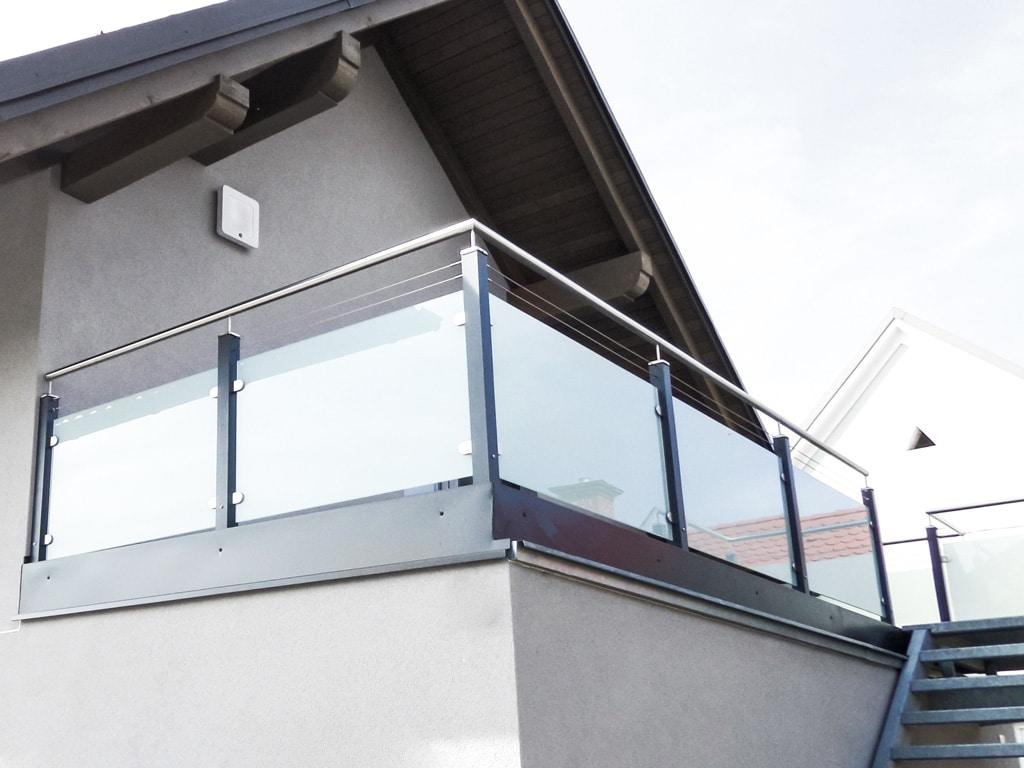 Mödling 17 b   modernes Alu-Glas-Terrassengeländer mit Edelstahlhandlauf, Niroseilen, Glas   Svoboda