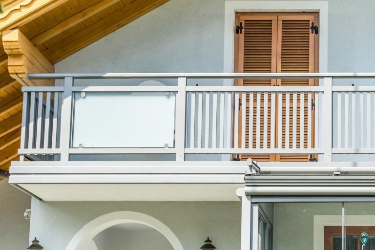Mödling 21 c   Aufsatzmontage bei Aluminium Glas Geländer auf Balkon, Blende stirnseitig   Svoboda
