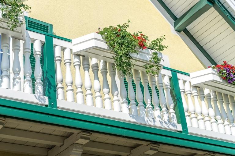 Neunkirchen 01 c   Aluminium-Balustraden Balkon weiß moosgrün mit Aluminium-Blumenkästen   Svoboda