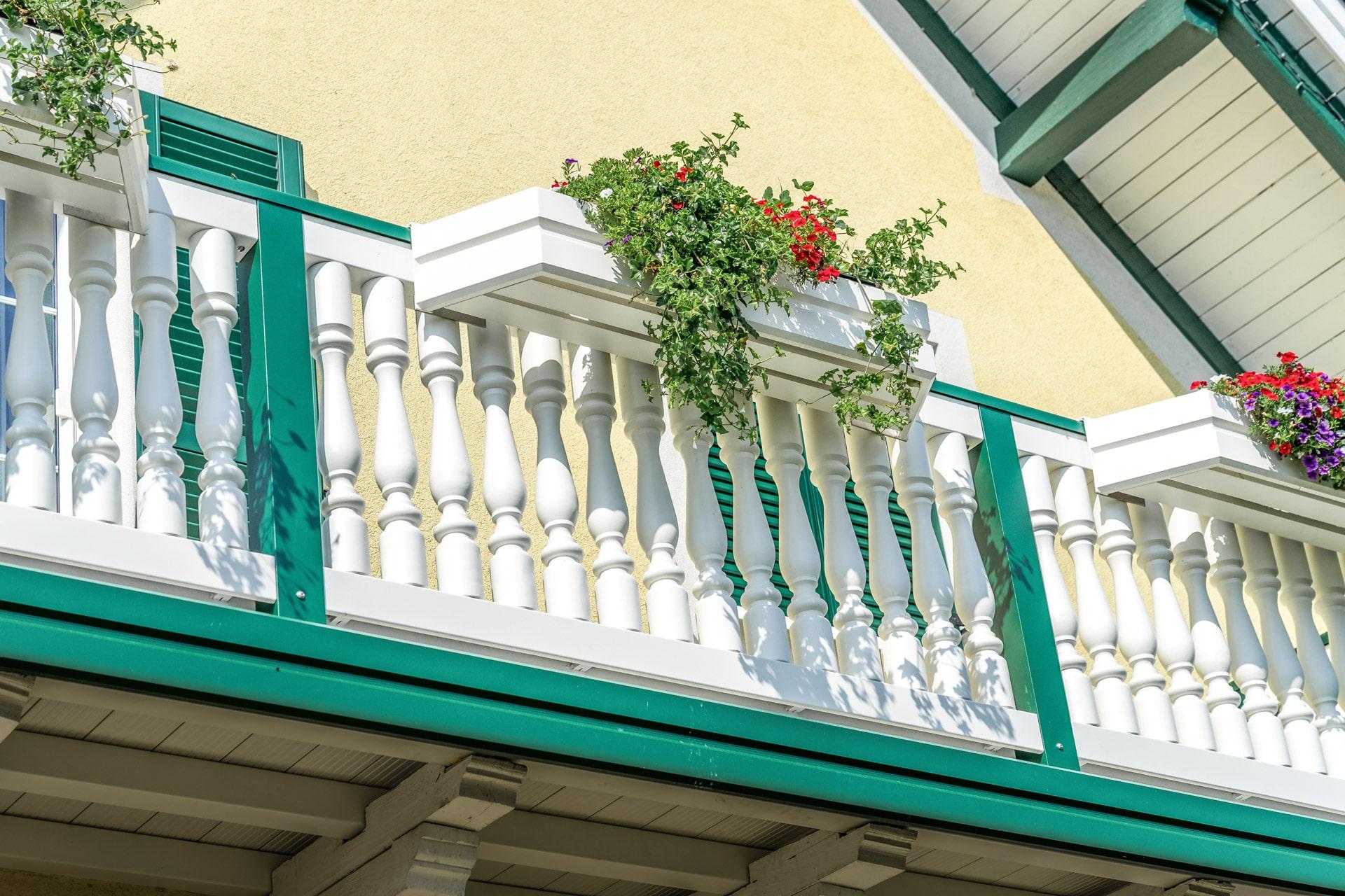 Neunkirchen 01 c | Aluminium-Balustraden Balkon weiß moosgrün mit Aluminium-Blumenkästen | Svoboda