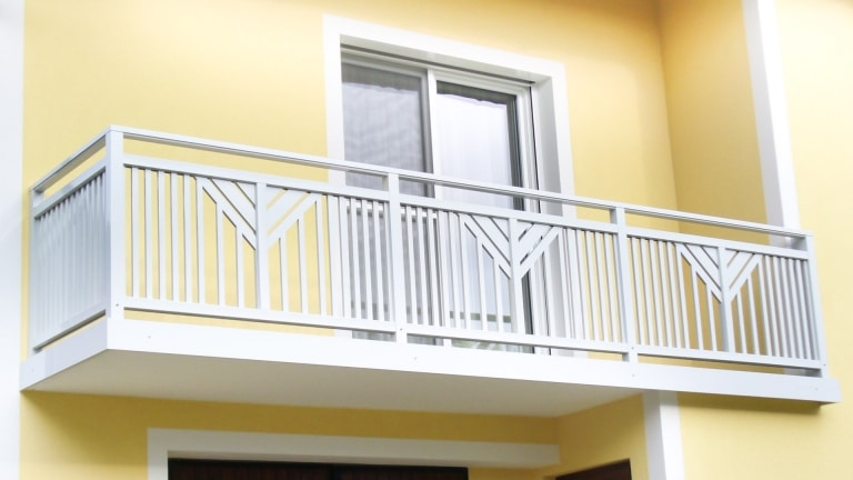 Perchtoldsdorf 01 a   Balkon grau, senkrechte Aluminium Sprossen, diagonalen Latten mittig   Svoboda