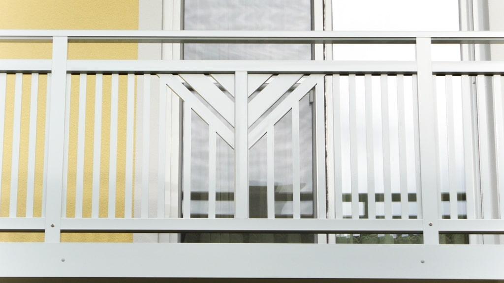 Perchtoldsdorf 01 b | Hellgraues Alugeländer, glatte Blende, Aufsatzmontage, Alu-Dekor | Svoboda