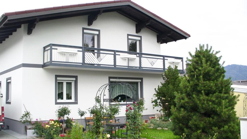Saalfelde 04 a | Außenbalkon aufgesetzt montiert mit glatter Alublende und Blumenkästen | Svoboda