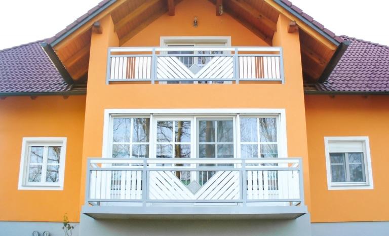 Saalfelden 05   Aluminium-Geländer grau weiß mit Stein und Edelstahl bei orangem Haus   Svoboda